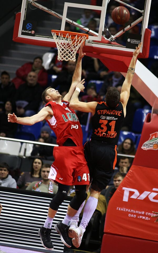 Центровые БК Локомотив-Кубань Брайан Квале (слева) и БК Цедевита Андрия Стипанович