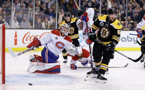 Нападающий клуба НХЛ Бостон Брюинз Брэд Маршанд (справа)