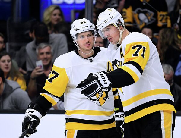Нападающие клуба НХЛ Питтсбург Пингвинз Сидни Кросби и Евгений Малкин (слева направо)