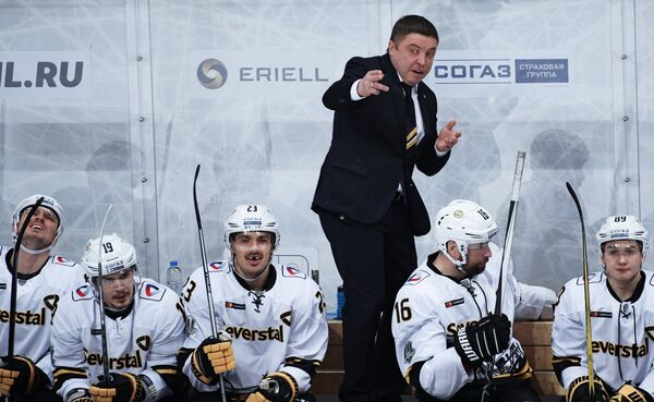 Главный тренер ХК Северсталь Александр Гулявцев (в центре)