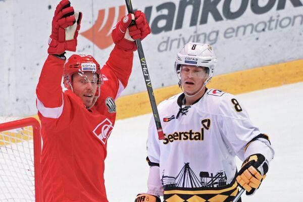 Нападающий ХК Спартак Райан Стоа (слева) радуется заброшенной шайбе