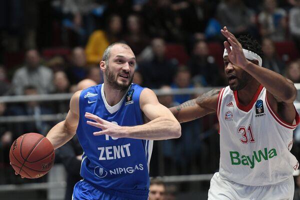 Форвард Зенита Марко Симонович (слева) и центровой Баварии Девин Букер
