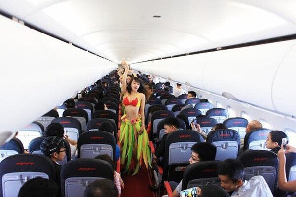Бикини-модели на борту самолета с футболистами молодежной сборной Вьетнама
