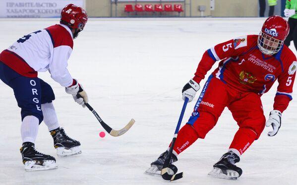 Игрок сборной Норвегии по хоккею с мячом Петтер Лейнинг и игрок сборной России по хоккею с мячом Артём Бондаренко (справа)