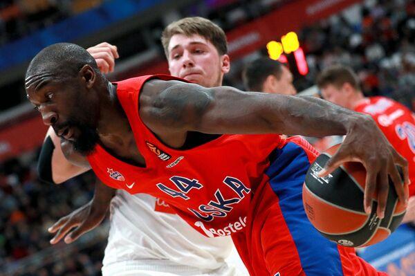 Центровой ПБК ЦСКА Отелло Хантер (слева) и защитник БК Реал Лука Дончич