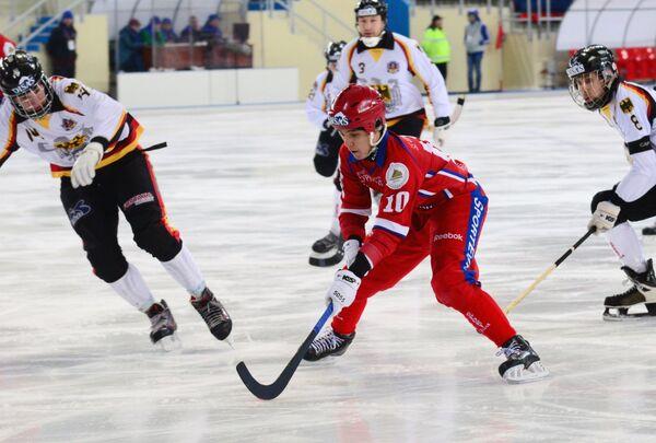 Игрок сборной России по хоккею с мячом Алмаз Миргазов