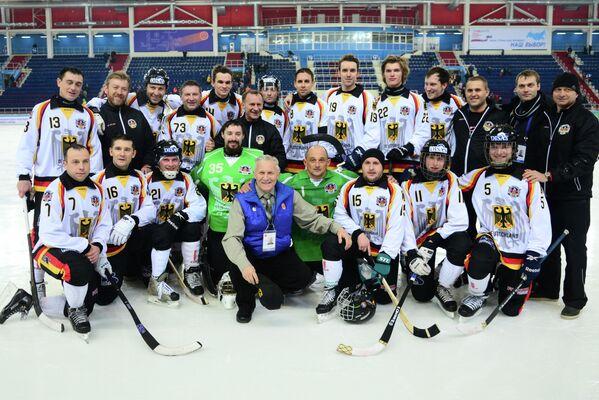 Игроки и тренерский штаб сборной Германии по хоккею с мячом