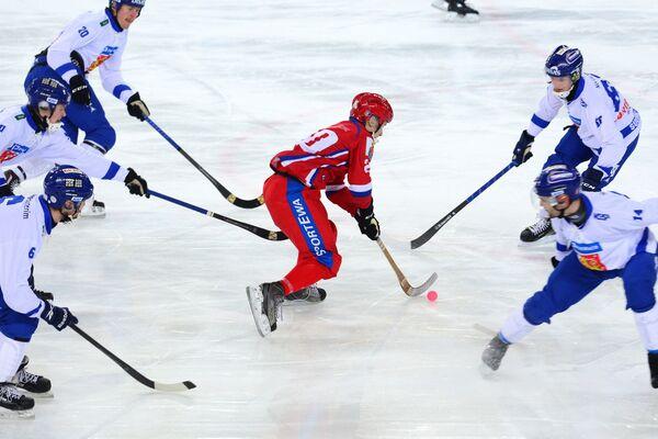 Игрок сборной России Янис Бефус (в центре)