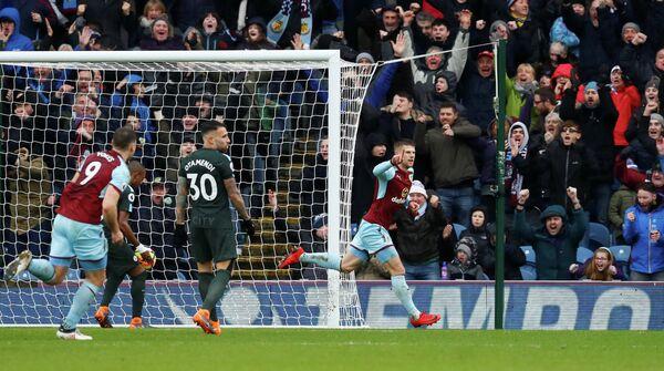 Футболисты Бернли празднуют гол в ворота Манчестер Сити