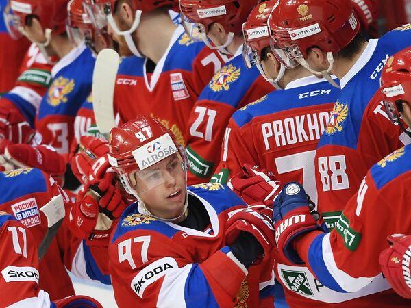 Нападающий сборной России Никита Гусев (в центре)