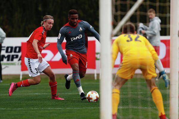 Форвард Локомотива Джефферсон Фарфан (справа) в матче против Кальмара