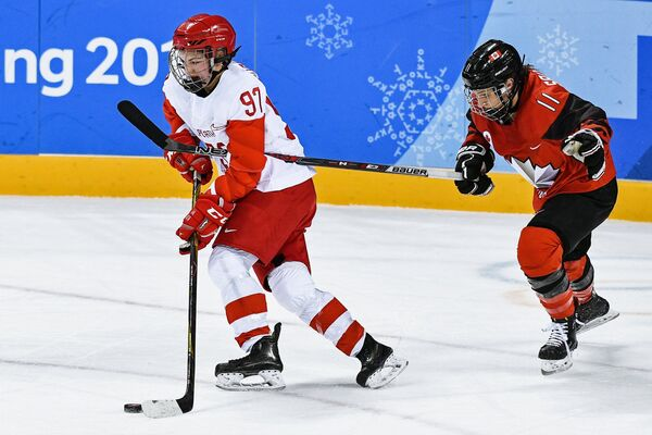 Российская хоккеистка Анна Шохина (слева) и игрок сборной Канады Джиллиан Саульниер
