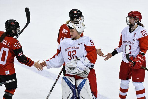 Игрок сборной Канады Блейр Тернбулл, российская хоккеистка Надежда Морозова, игрок сборной Канады Бэйли Брэм и российская хоккеистка Мария Баталова (слева направо)