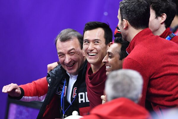 Патрик Чан (в центре)