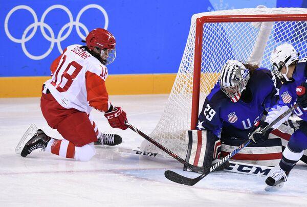 Российская хоккеистка Ольга Сосина (слева) в матче против СШ