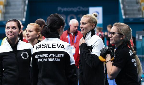 Женская сборная России по керлингу на ОИ-2018. Вторая справа - скип Виктория Моисеева