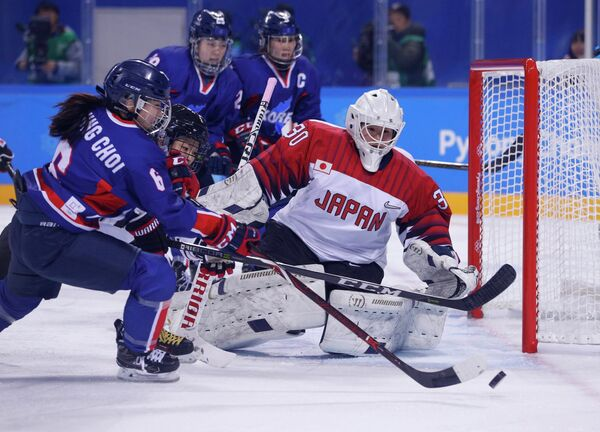 Игровой момент матча между женскими сборными Кореи и Японии