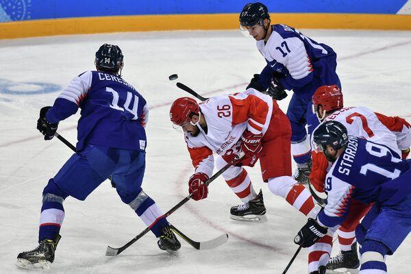 Защитник сборной России Вячеслав Войнов (в центре)