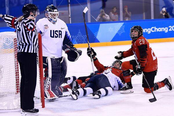 Игровой момент мачта между женскими сборными Канады и США