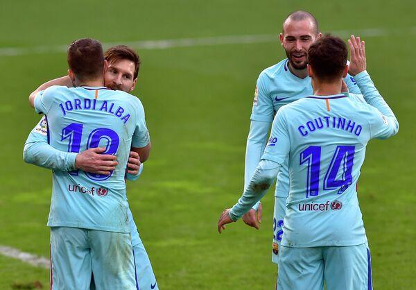 Футболисты Барселоны Лионель Месси и Жорди Альба (слева) радуются забитому мячу