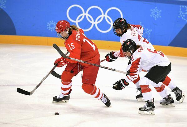 Российская хоккеистка Валерия Павлова, хоккеистки сборной Канады Эмили Кларк и Лора Фортино (слева направо)