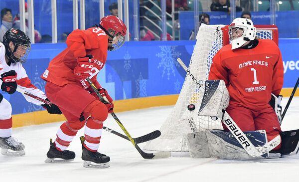 Хоккеистка сборной Канады Ребекка Джонстон, российские хоккеистки Анна Шохина и голкипер Валерия Тараканова (cлева направо)