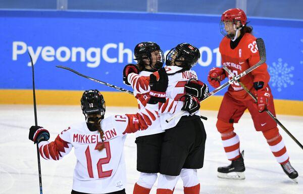 Хоккеистки сборной Канады радуются заброшенной шайбе