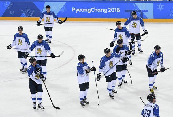 Хоккеисты сборной Финляндии после поражения от канадцев