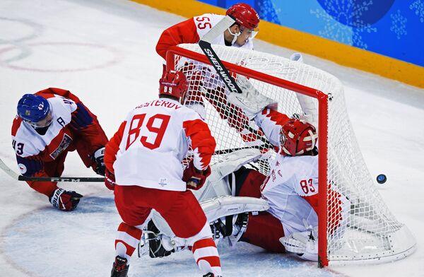 Вратарь сборной России Василий Кошечкин (справа)
