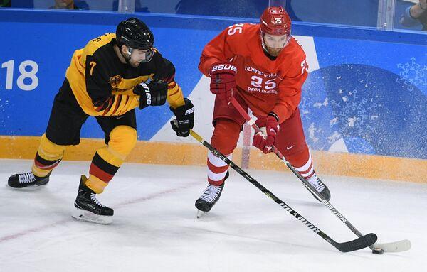 Защитник сборной Германии Дэрил Бойл (слева) и нападающий сборной России Михаил Григоренко