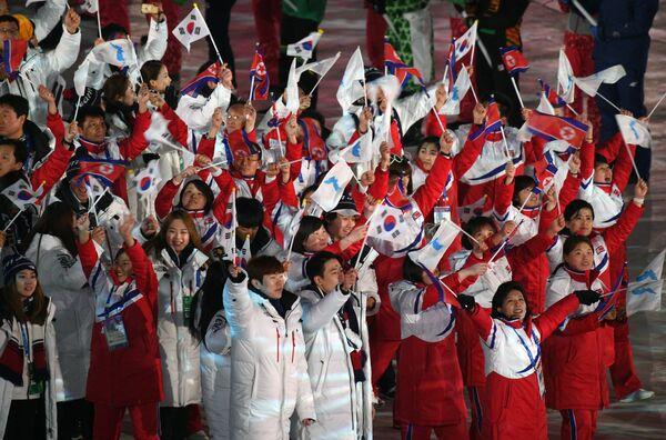Спортсмены объединенной команды Южной Кореи и КНДР на церемонии закрытия XXIII зимних Олимпийских игр в Пхенчхане
