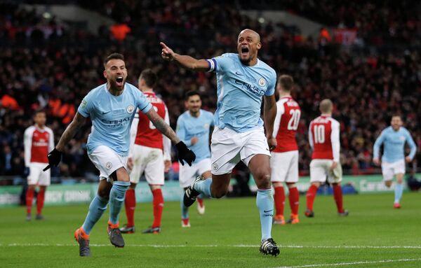 Футболисты Манчестер Сити Николас Отаменди и Венсан Компани радуются забитому мячу