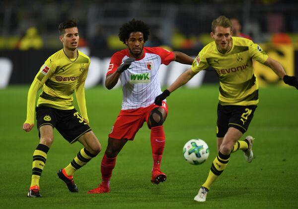 Игровой момент матча чемпионата Германии между дортмундской Боруссией и Аугсбургом