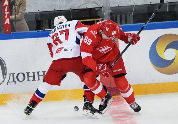 Защитник ХК Локомотив Максим Афанасьев (слева) и форвард ХК Спартак Лукаш Радил
