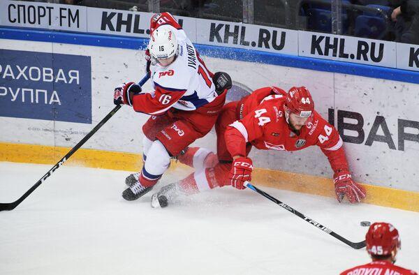 Защитник ХК Спартак Евгений Кулик (справа)