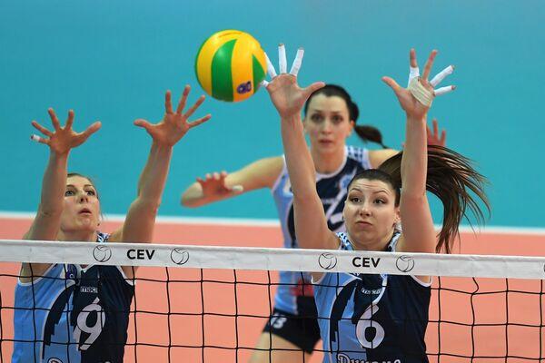 Игроки ЖВК Динамо-Казань Наталья Маммадова, Евгения Старцева и Ирина Королева (слева направо)