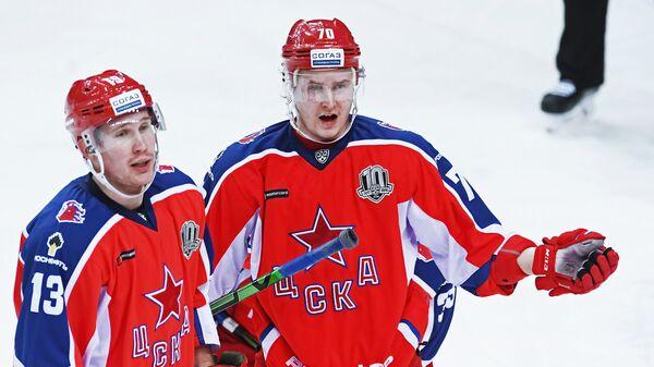 Хоккеисты ЦСКА Роман Любимов (слева) и Сергей Шумаков