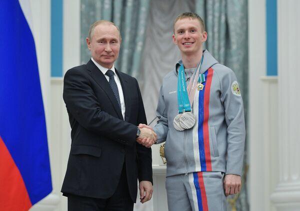 Владимир Путин вручил орден Дружбы лыжнику Денису Спицову (справа)