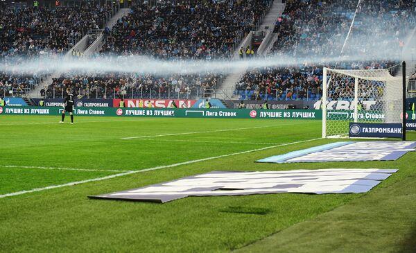 Дым от горящего файера, брошенного на поле во время матча Зенит - Амкар