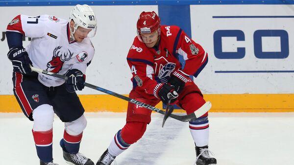 Форвард Торпедо Евгений Грачёв (слева) и защитник Локомотива Александр Елесин