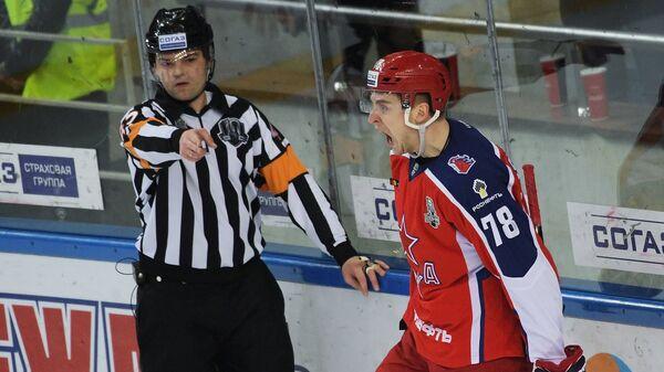 Нападающий ПХК ЦСКА Максим Шалунов (справа)