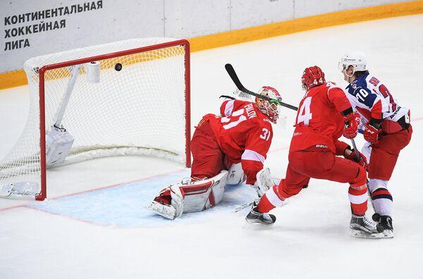 Форвард ЦСКА Сергей Шумаков (справа) забрасывает шайбу