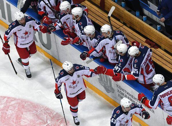 Хоккеисты ЦСКА радуются забитому голу