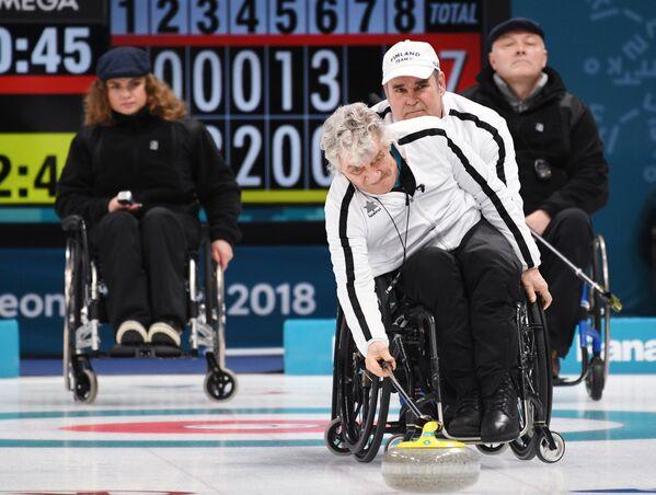Финские керлингисты Веса Леппанен и Ирьё Тапани Яаскеляйнен (слева направо на первом плане)