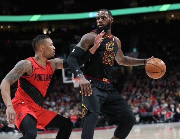 Игровой момент матча НБА Портленд - Кливленд, справа - Леброн Джеймс