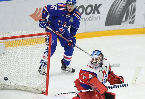 Форвард ХК СКА Максим Карпов (слева) и вратарь ХК Локомотив Алексей Мурыгин