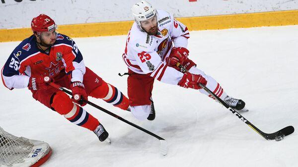 Нападающий ПХК ЦСКА Владимир Жарков (слева) и форвард ХК Йокерит Пекка Йормакка
