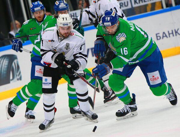 Форвард ХК Трактор Игорь Полыгалов (слева) и нападающий ХК Салават Юлаев Максим Майоров (справа)