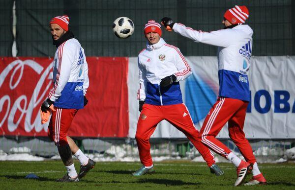 Футболисты сборной России Федор Кудряшов (слева) и Алан Дзагоев (в центре)
