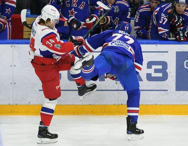 Защитник ХК СКА Антон Белов (справа) и форвард ХК Локомотив Артём Ильенко